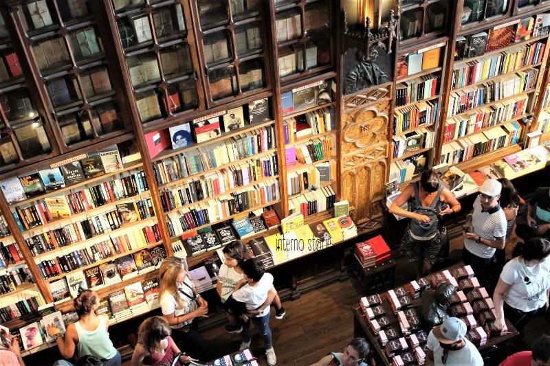 Andar per librerie Porto e Lisbona - Lello dall'alto - interno storie